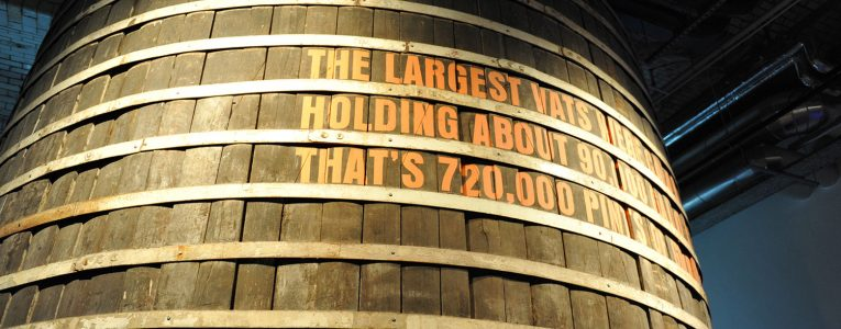 Enorme tonneau dans le musée Guinness à Dublin