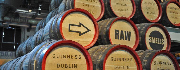 Décor avec des tonneaux de Guinness