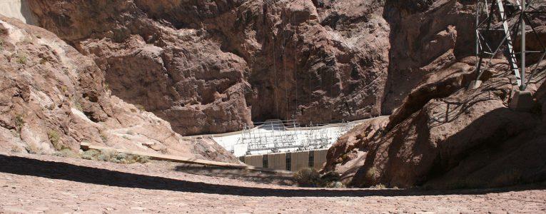 Vue plongeante à l'intérieur du barrage