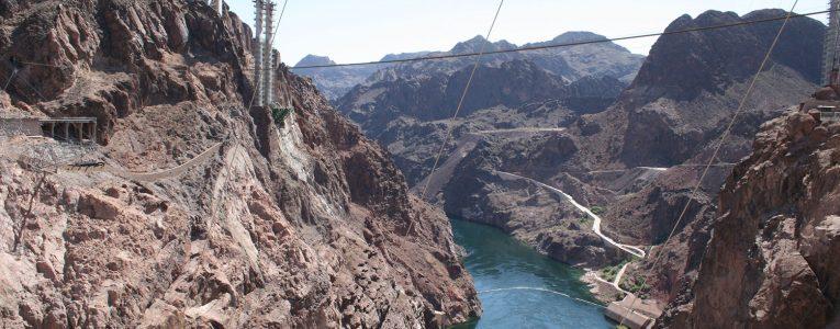 Vue du Hoover Dam sur le fleuve Colorado et le nouveau pont