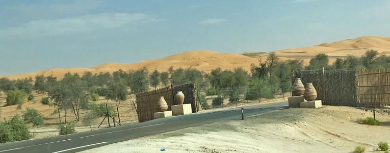 Entrée de la route privée du Qasr Al Sarab