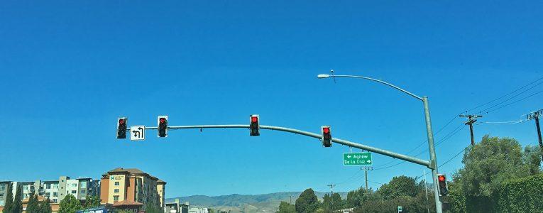 Feux tricolores en face et indications de rue en parallèle