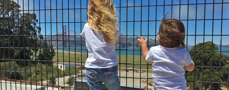 Les filles observent le pont derrière le musée Disney