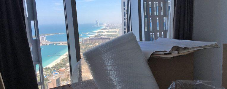 Cartons à Dubai devant le Burj Al Arab