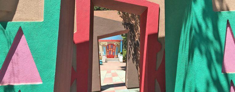 Passage entre plusieurs porches à l'entrée du parc Fairyland
