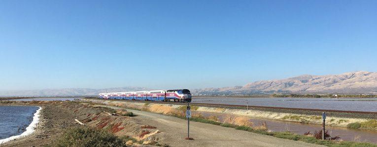 Les trains et les montagnes à Alviso Park