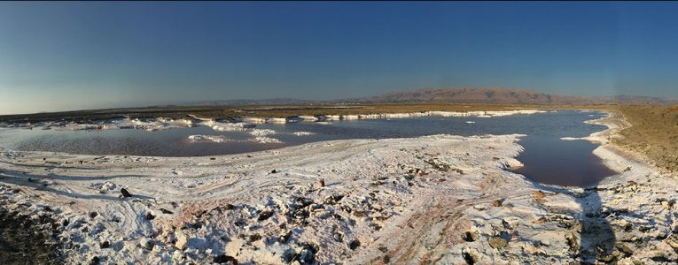 Panoramique des plaques de sel au soleil couchant à Alviso Parc